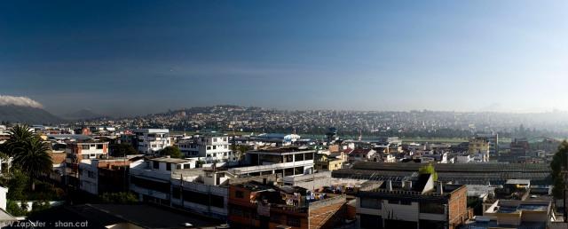 Panorámica de Quito Norte, a la izquierda el volcán Imbabura y a la derecha el Cayambe. Panoramic view of North Quito. At left the Imbabura volcano and at the right the Cayambe volcano