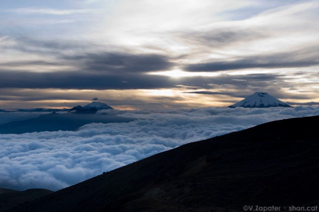 Amanecer en el collado de los Ilinizas. Al fondo el Cotopaxi (derecha) y el Antisana (izquierda). Reserva Ecológica   los Ilinizas. El Chaupi (Cotopaxi, Ecuador). Dawn at Ilinizas pass. On the background Cotopaxi volcano (right) and   Antisana volcano (left). Ilinizas Ecological Reserve. El Chaupi (Cotopaxi, Ecuador)