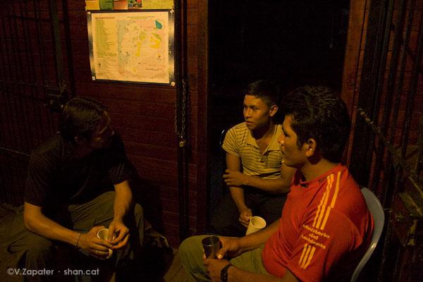 Charlando de noche. Chatting at night