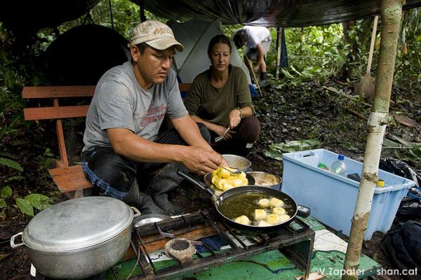 guía cocinando en la selva